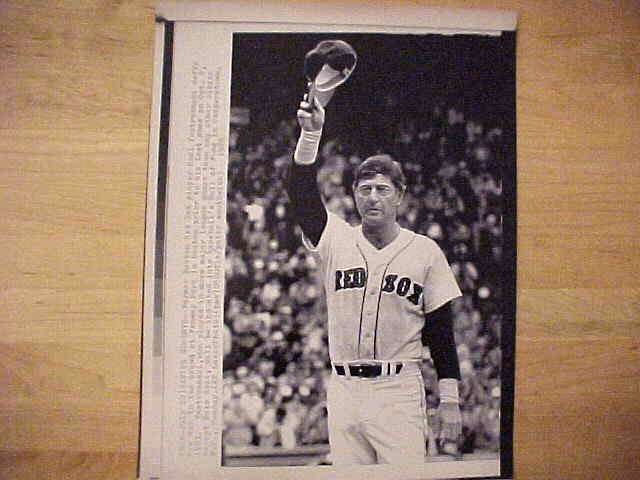 WIREPHOTO: Carl Yastrzemski - {07/22/89} 'Saying Goodbye' (Red Sox) Baseball cards value