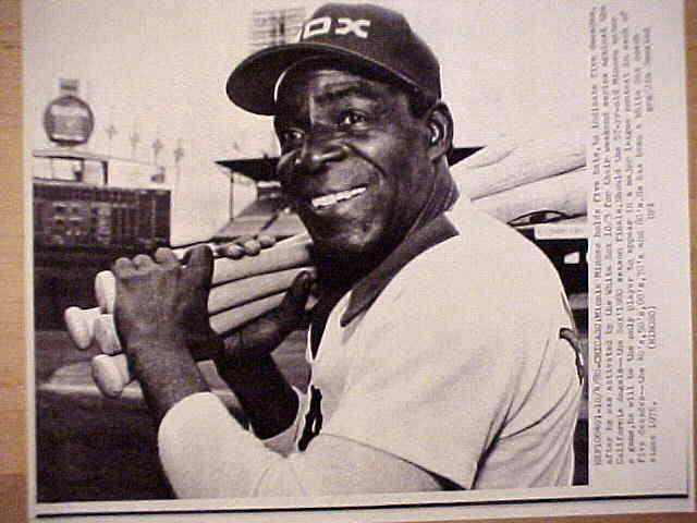 WIREPHOTO: Minnie Minoso - {10/04/80} 'Five Decades' (White Sox) Baseball cards value