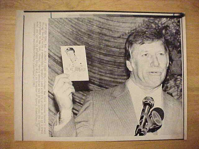 WIREPHOTO: Mickey Mantle - {02/08/83} 'Mantle Signs Deal' (Yankees) Baseball cards value