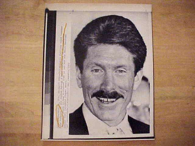 WIREPHOTO: Mike Schmidt - {11/20/86} 'Happy MVP' (Phillies) Baseball cards value