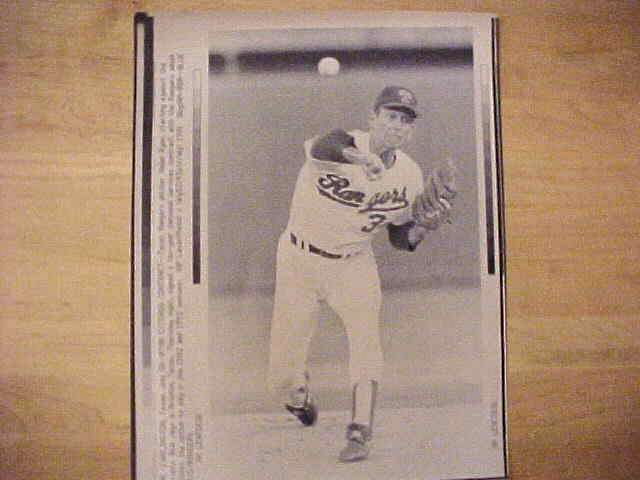 WIREPHOTO: Nolan Ryan - {07/18/91} 'Ryan Extends Contract' (Rangers) Baseball cards value
