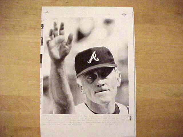 WIREPHOTO: Phil Niekro - {09/27/87} 'End Of The Line' (Braves) Baseball cards value