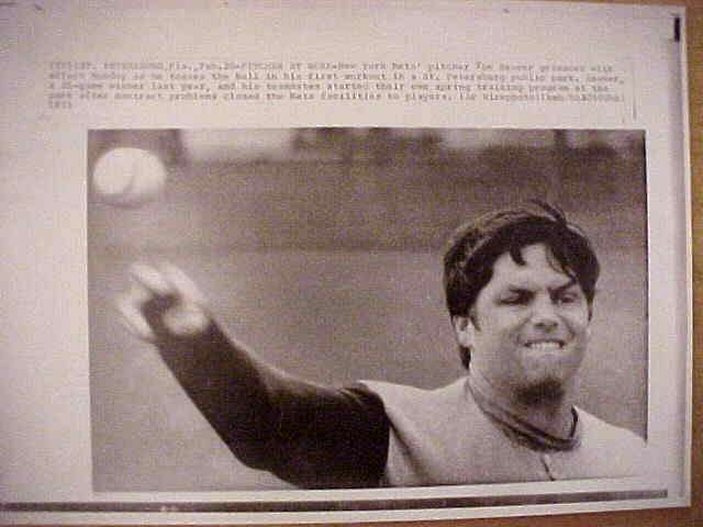 WIREPHOTO: Tom Seaver - {02/20/73} 'Oil Those Joints' (Mets) Baseball cards value