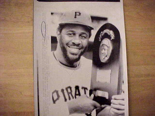 WIREPHOTO: Willie Stargell - {06/07/75} 'Receives Lou Gehrig Award' (Pirate Baseball cards value
