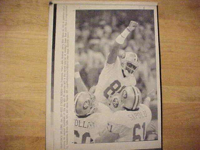 WIREPHOTO: Jerry Rice - {01/28/90} 'Rice Strikes Again' (49ers) Football cards value