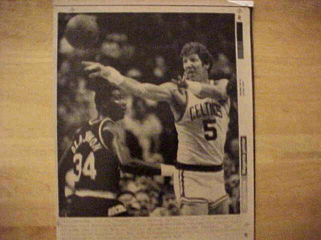 WIREPHOTO: Bill Walton - {05/26/86} 'Passes Off' (Celtics Basketball cards value