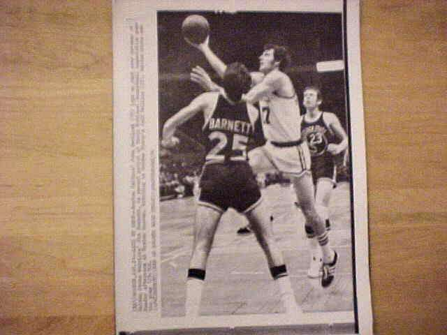 WIREPHOTO: John Havlicek - {01/21/74} 'Lays Up Shot' (Celtics) Basketball cards value