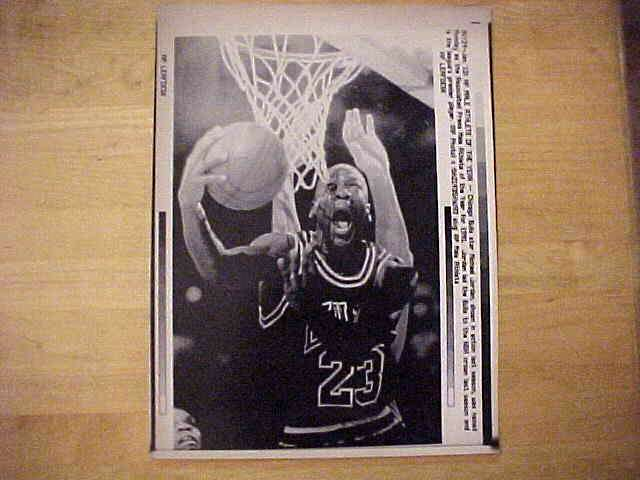 WIREPHOTO: Michael Jordan - {01/13/92} 'AP Male Athlete Of The Year' (Bulls Basketball cards value