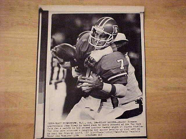 WIREPHOTO: John Elway - {10/20/86} 'Sacked' (Broncos) Football cards value