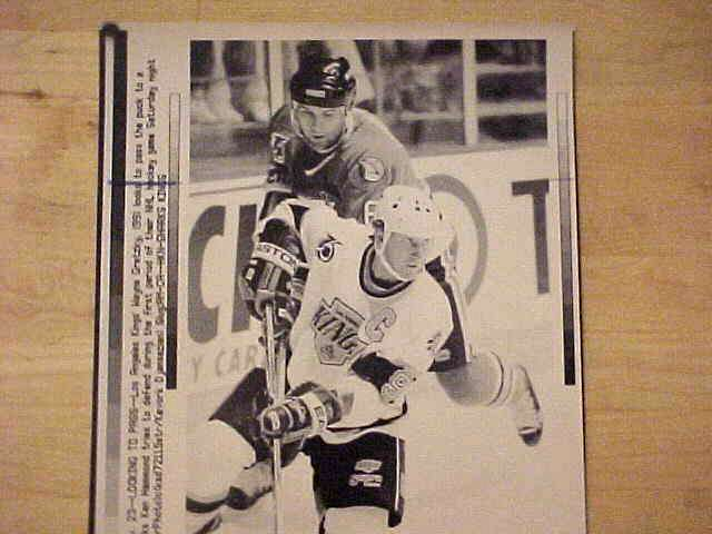 WIREPHOTO {Hockey}: Wayne Gretzky - {11/23/91} 'Looking To Pass' (Kings) Hockey cards value