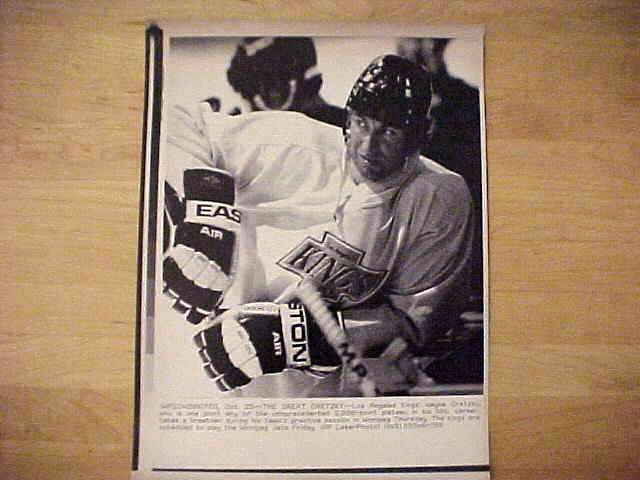WIREPHOTO {Hockey}: Wayne Gretzky - {10/25/90} 'Relaxin'' (Kings) Hockey cards value