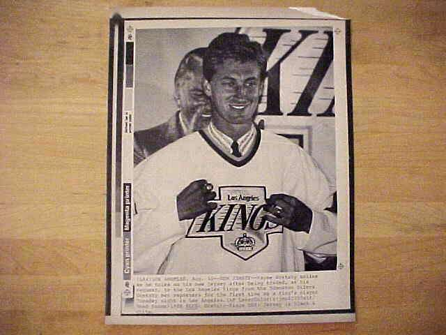 WIREPHOTO {Hockey}: Wayne Gretzky - {08/10/88} 'New Jersey' (Kings) Hockey cards value