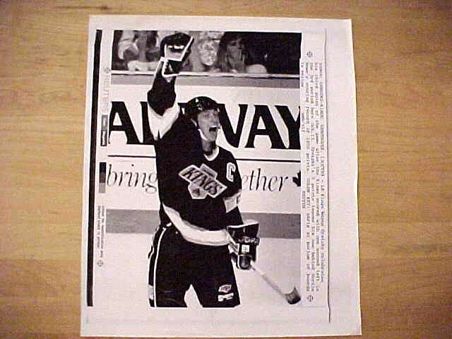 WIREPHOTO {Hockey}: Wayne Gretzky - {10/13/89} 'Three To Go' (Kings) Hockey cards value