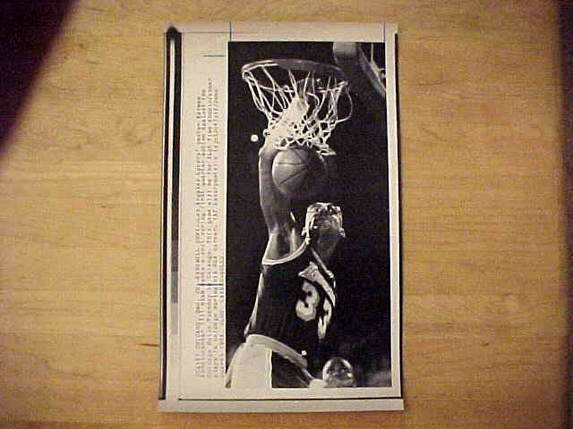 WIREPHOTO: Kareem Abdul-Jabbar - {12/20/88} 'Farewell Dunk' (Lakers) Basketball cards value